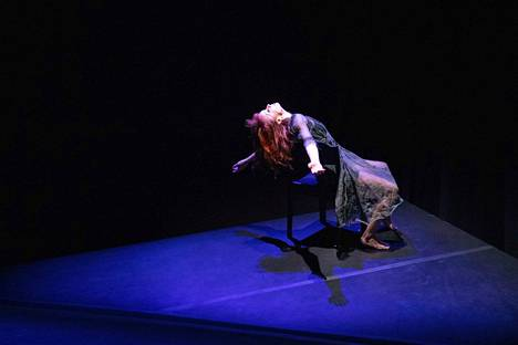 Tanssija Kati Aalto esiintyy Mikko Lampisen koreografiassa Kun maa keinuu -esityksessä.