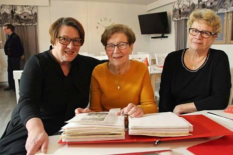 Riitta Hongisto (keskellä) on koonnut mappiin lehtileikkeitä, jotka koskevat Vammalan aluesairaalan synnytys- ja naistentautien osastoa. Niitä on kertynyt jo 50 vuoden ajalta. Lehtileikkeitä tutkimassa Sirpa Keskinen (vasemmalla) ja Eija-Liisa Suominen.