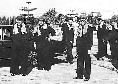 Kambodzhalaisia punakhmerijohtajia ja heidän kannattajiaan ikuistettiin Kambodzhan pääkaupungissa Phnom Penhissä vuonna 1975. Vasemmalla Pol Pot ja hänen vieressään Nuon Chea.