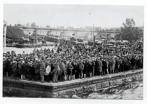 Höyrylaiva Kurun haaksirikossa Näsijärvellä hukkui yli 130 ihmistä. Mustalahden satama täyttyi pelastustöitä seuraavista ihmisistä ja matkustajien omaisista. Pekka Hyyti nivoo osan esikoisdekkarinsa tapahtumista Kurun tragediaan.