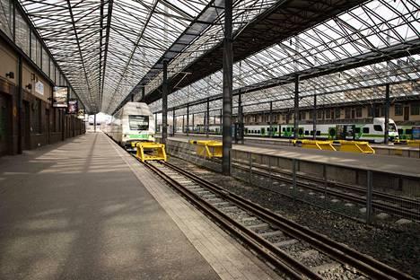 Tästä lähtee juna Turkuun, mutta sinne haluavia on vain kourallinen.