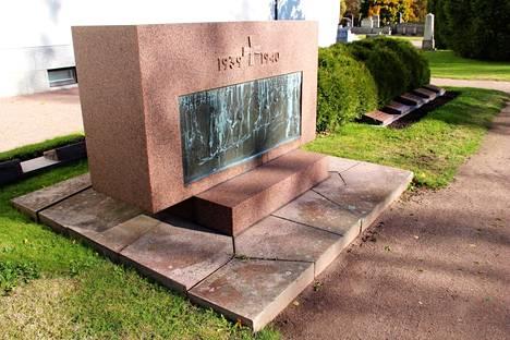 Nakkilan sankarihautausmaalla sijaitsevan talvisodan muistomerkin graniittikappaleista koottu alusta huokuu vahvaa vertauskuvallisuutta.