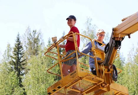 Katonrajaa maalaamaan noustiin nosturilla. Milla Kaijanmäki ja Saku Ikäheimo olivat talkooporukan rohkeimmat.