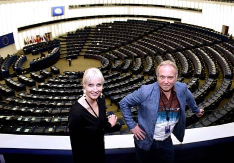 Perussuomalaisten Laura Huhtasaari ja Teuvo Hakkarainen aloittivat europarlamenttiuransa boikotoimalla EU:n tunnushymniä.