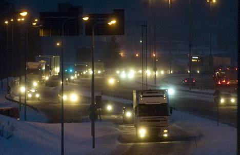 9-tien ja kehätien risteys Tampereen Lakalaivassa ruuhkautuu usein iltapäivällä työmatkalaisista.