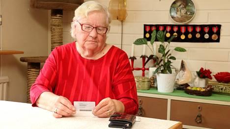Margit Lappalaisen henkilökortti on vanhentunut. Se estää asioinnin pankissa.