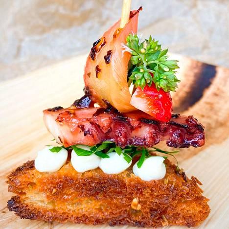 Tuomaristo valitsi voittajaksi ravintola Linkosuo MIN Asemakeskuksen mustekala-annoksen.