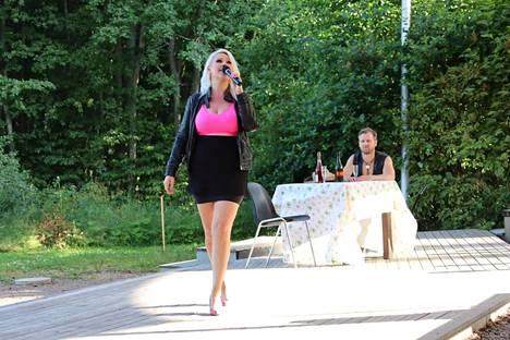 Vannomatta paras -musiikkikomediassa bisnesnaiset lähtevät mökkeilemään ja törmäävät miesporukkaan, joka on vannonut pysyvänsä erossa naisista. Näyttämöllä nähdään muun muassa Sari Hellsten ja Teemu Koskinen.