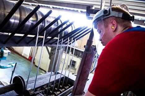 Vuonna 2015 otetussa kuvassa Aki Jokipelto seuraa sinkkilankojen valmistumista Vertic Zinc Wire -yrityksessä. Yritys on Porin Ulasoorissa toimiva metallialan pk-yritys.