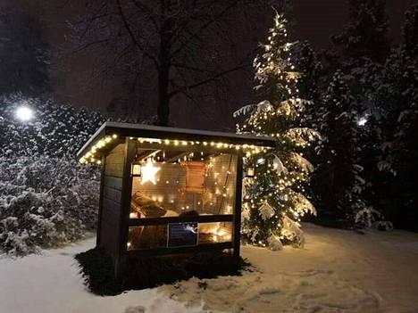 Marika Mäkelä kuvasi seimiasetelman Valkeakosken hautausmaalla 26. joulukuuta.
