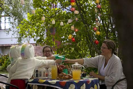 Elokuun illat kutsuvat puutarhaan, kun talon väki on palannut lomiltaan. Naapurukset Kaisa Kuusisto (kesk.), Susanna Sjöberg sekä lapset Elvira Sjöberg ja Alfons Sjöberg kokoontuivat omenamehukesteille.