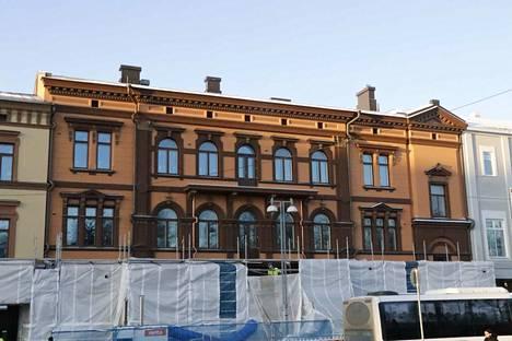 Aleksis Kiven kadun puolella osa rakennuksesta on tummempaa sävyä kuin kulmatalo.