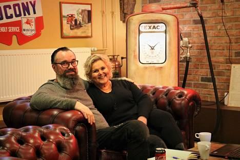 """Harri ja Marjo Höglund ottivat Villilän kartanon isännöitäväkseen. He avaavat hotelli Verstaan lähiviikkoina. Kuva on hotellin oleskelutiloista, """"Korjaamosta""""."""