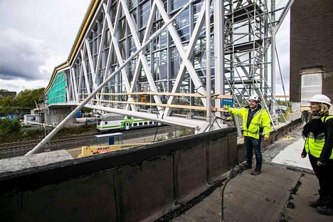 Telkäntaipaleen kevyen liikenteen silta ylittää pääradan ja johtaa Lempäälä-talolle. Lempäälän kunnan hankejohtaja Lari Laakso ja yhdyskuntajohtaja Tiia Levonmaa esittelevät rakennustöiden etenemistä.
