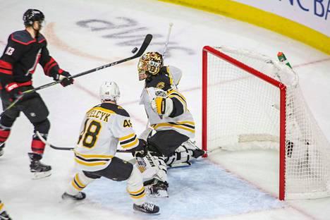 Tuukka Rask piti taas torjunnoillaan Boston Bruinsin pystyssä Carolina Hurricanesia vastaan. Carolina pystyi ohittamaan Raskin vain kerran. Boston on marssimassa kohti Stanley Cupin finaalia, sillä se johtaa ottelusarjaa jo voitoin 3–0.