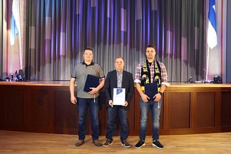 Petri Kehusmaa, Kimmo Sulonen ja Henri Hirvikoski iloitsevat edustamiensa seurojen yhteistyöstä.