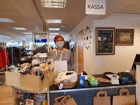 Kirppis Siisonin Päivi Koskinen käyttää kasvomaskia 90 prosenttia työajastaan. Myös verkkokauppatilaukset hän pakkaa maski päällään.