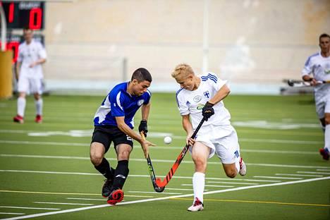 Tällä viikolla Helsingissä on pelattu 4. divisioonan EM-turnausta. Kuvassa Suomen Santeri Määttänen (oikealla) ja Kyproksen Orestis Cannas taistelevat pallosta. Kypros on maailmanrankingissa Suomen edellä, mutta isännät voittivat ottelun 3–1.