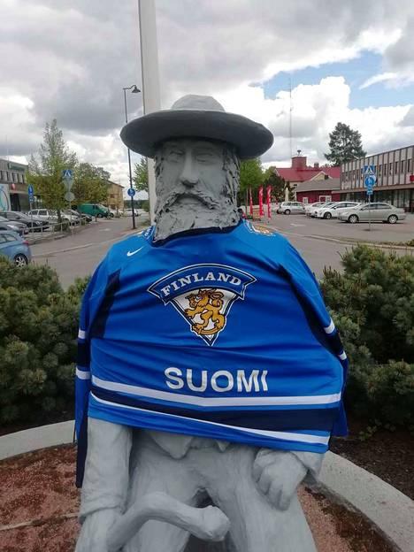 Suomi-paitaan puettu Parkanon paroni ilahdutti kaupunkilaisia heti maanantaiaamusta.