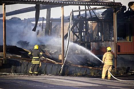Porin Helmentiellä sijaitseva terminaali paloi yöllä maan tasalle. Vielä tiistaiaamuna rakennuksessa oli palopesäkkeitä.