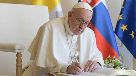 Kirjoittaja olisi kaivannut medialta tietoa Paavin Unkarin-vierailusta. Sen sijaan hän olisi pystynyt elämään ilman informaatiota Suomen pääministerin hiustenleikkuusta.