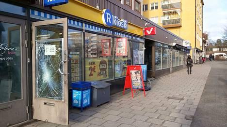 Seminaarinkadun R-kioski on Rauman ydinkeskustassa vilkkaan katuväylän varrella.