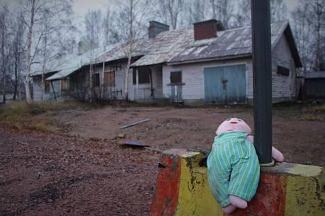 Korttelin ainoa asukas lienee tämä yksinäinen nukke.