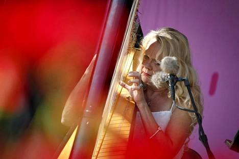 Mopon yllätysvieras oli harpisti-pianisti Iro Haarla.