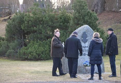 Veteraanijuhla katsottiin parhaaksi perua, mutta muun muassa kirkkoherra Tom Broberg ja Hannu Salo olivat paikalla pienimuotoisemmassa talvisodan päättymisen muistotapahtumassa perjantaina.