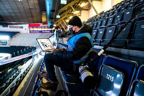 Jukka Ritola on kuvannut Hakametsän pelejä vuosien ajan. Jääkiekon kuvaaminen on oma taiteenlajinsa, joka vaatii pelin ja pelaajien tuntemusta sekä tiivistä yhteistyötä kirjoittajan kanssa. Tässä Ritola siirtää kuvia toimitusjärjestelmään.