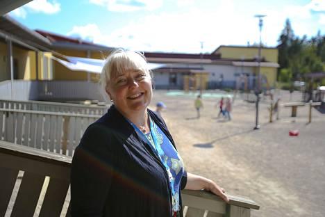 Kärjenniemen päiväkodin varhaiskasvatuksen opettaja Pirkko Syväoja rohkaisee vanhempia kertomaan varhaiskasvattajille, jos jokin asia huolettaa päiväkodin aloituksessa.