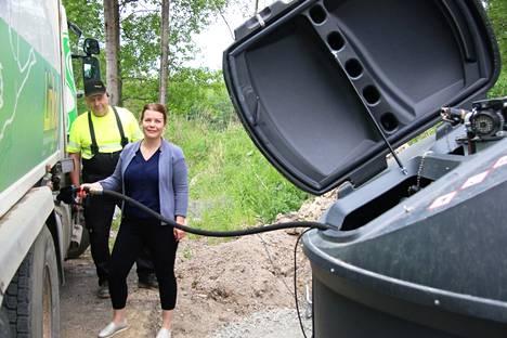 Tuleva Keuruun kaupunginjohtaja Noora Pajari pääsi tiistaina ensimmäistä kertaa tankkaamaan uusiutuvaa dieseliä Linlog Ky:n terminaalissa yrittäjä Jouni Lintulan opastuksella.