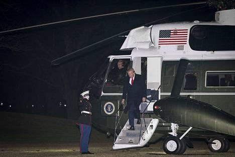Virkarikoksesta syytetty presidentti Donald Trump laskeutui sunnuntai-iltana Washingtoniin. Hän matkustaa maanantaina Eurooppaan Davosin kokoukseen.