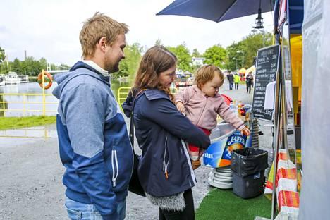 Juhani Jyrkinen ja Reija Raekangas tulivat tapahtumaan Lempäälästä. 1,5-vuotias Enna Reakangas oli kiinnostunut churro-kojusta.