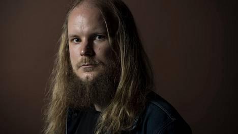 Ville Savijärvi on aina ollut kiinnostunut tietotekniikasta, omien sanojensa mukaan nörtteilystä. Talousmaailmaan hän pääsi sisään vasta tutustuttuaan bitcoiniin. Tällä hetkellä hänen sijoituksistaan noin 20 prosenttia on kiinni suorissa pörssiosakkeissa, 80 prosenttia kryptovaluutoissa.