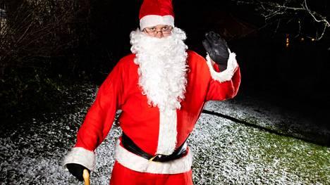 Tällä kertaa ei arvailla, että kuka on pukeutunut joulupukiksi. Adventtikalenterissa arvaillaan, kuka puhuu pukille.