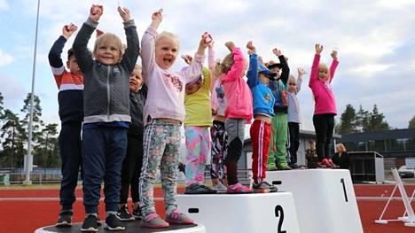 Palkintopallilla 4-vuotiaat hurrasivat kesäkisojen päätteeksi.