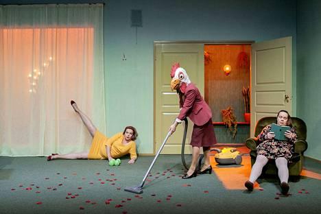 Elina Knihtilä, Aksinja Lommi ja Katja Küttner esiintyvät Q-teatterin Medusan huoneessa.