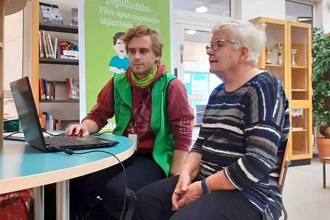 Digipalvelupäivässä riitti kävijöitä tasaiseen tahtiin. Yksi vinkkejä hakeneista oli Ulla Anttila.