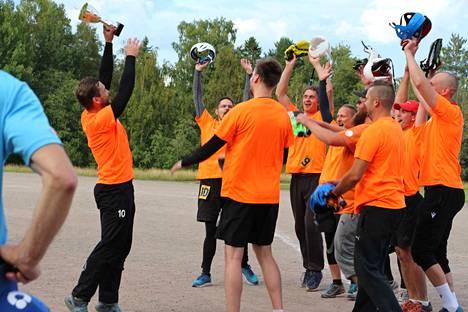 Jarmo Korhonen pääsi Nurmexen Seppojen kapteenina nostamaan mestaruuspokaalin ilmaan.