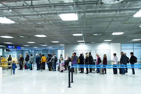 Sisärajatarkastukset jatkuvat ennallaan muun muassa Helsinki-Vantaan lentoasemalla.