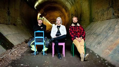 Dokumenttisarja seuraa kolmea päähenkilöä, Jussi Jalosta, Anna-Mari Lämsää ja Toni Goltzia, ja heidän arkeaan yrityksensä alkutaipaleilla. Mukana on niin pikkukaupungin putkimies kuin pääkaupunkilainen luovan alan yrittäjä.