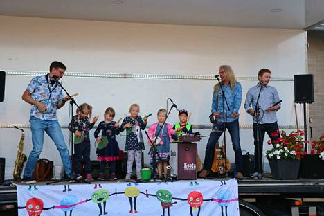 Muutamat onnekkaat lapset pääsivät soittamaan yhdessä Orffit-orkesterin kanssa.