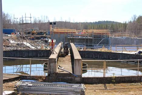 Jaakonsuon jätevedenpuhdistamon väliselkeytysallas ja rakenteilla oleva väliselkeytysrakennus.