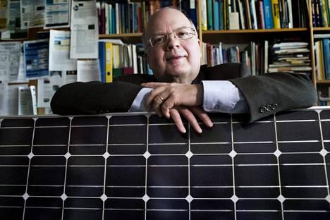 """""""On helppo sulkea, mutta kun pitäisi käynnistää, se on aina pitempi operaatio"""", teknillisen fysiikan professori Peter Lund kommentoi energiaongelmaa maailmalla."""