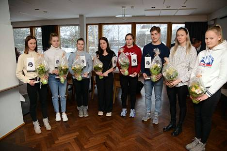 Hakan hiihtäjien palkittuja Melankärjessä olivat vasemmalta Nora Kytäjä, Fanny Kukonlehto, Nea Kytäjä, Sonja Leinamo, Saara Mattila, Iiro Uusitalo, Hilda Kukonlehto ja Vilma Kanerva.