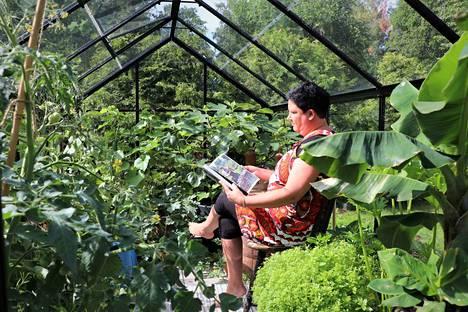 Täksi kesäksi Väisäset rakensivat pihaansa uuden kasvihuoneen. Siellä Mari Väisänen istui jo alkukesällä lukemassa lehteä, mutta keskikesän auringossa lasien takana tulee usein liian kuuma.