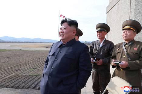 Pohjois-Korean johtaja Kim Jong-un seuraa maan uuden aseen testiä KCNA:n julkaisemassa kuvassa.