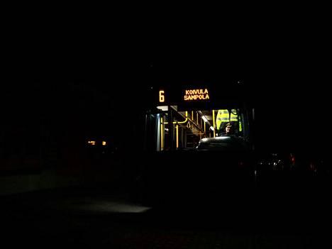 Soile Ketola aloitteli työvuoroaan linja-auton ratin takana. Hän ei ollut nähnyt kaupunkia koskaan näin pimeänä.