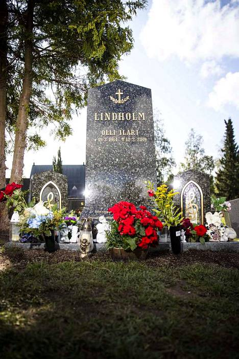 Kookkaan hautakiven molemmilla puolilla on pienemmät kivet, joihin voi laittaa kynttilän sisälle.